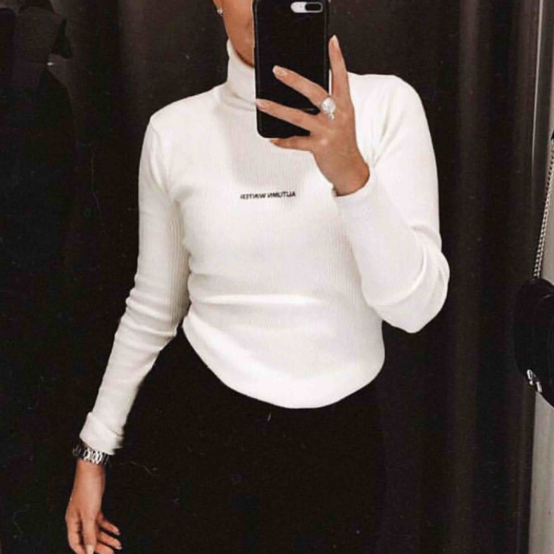 """Säljer min vita polo tröja """"AUTUMN WINTER"""" Står att den ska vara M men sitter som en S. Skriv för mer bilder 🌼. Toppar."""