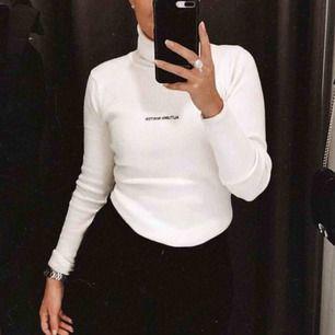 """Säljer min vita polo tröja """"AUTUMN WINTER"""" Står att den ska vara M men sitter som en S. Skriv för mer bilder 🌼"""