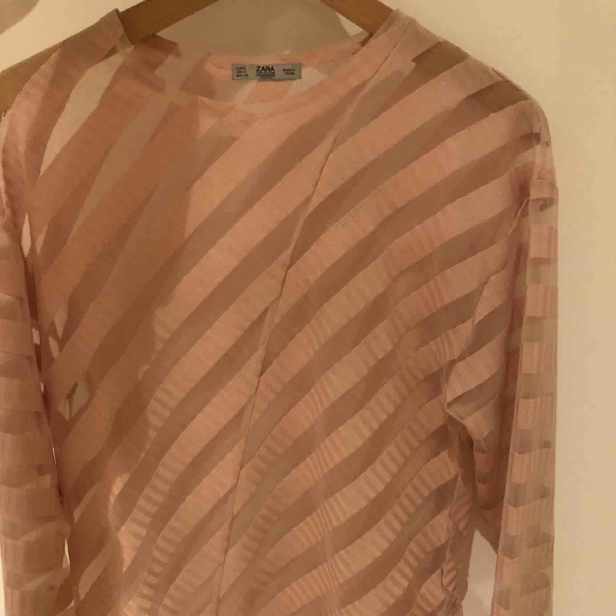En genomskinlig tröja från Zara. Använd ca 2 gånger alltså i bra skick. Stylas fint att ha över vanliga tröjor och toppar. Toppar.