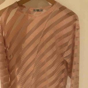 En genomskinlig tröja från Zara. Använd ca 2 gånger alltså i bra skick. Stylas fint att ha över vanliga tröjor och toppar