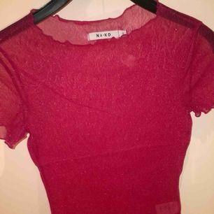 Genomskinlig och glittrig t shirt från NAKD. Använd endast 1 gång på inspark. Är i samma skick som den köptes.