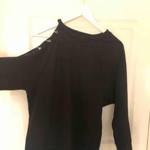 Skit snygg svart tröja med halv öppen arm