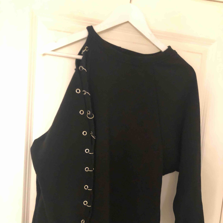 Skit snygg svart tröja med halv öppen arm. Tröjor & Koftor.