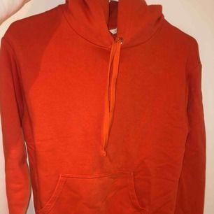 Orange hoodie från HM. Använd fåtal gånger. Är i storlek XS men passar mig bra som har strl S.