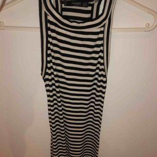 Lång och tight klänning från Mango. Den går ner till lite under knät på mig, jag är 165 cm lång. Använd men i bra skick.