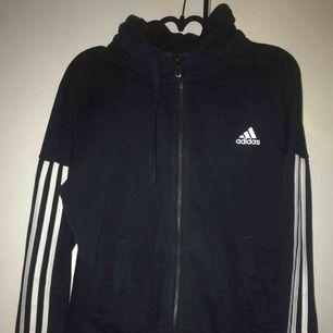 Adidas hoodie, strl M  Köpt för ca 3 månader sedan och endast använd vid ett tillfälle.  Frakt tillkommer om den ska skickas. ⭐️