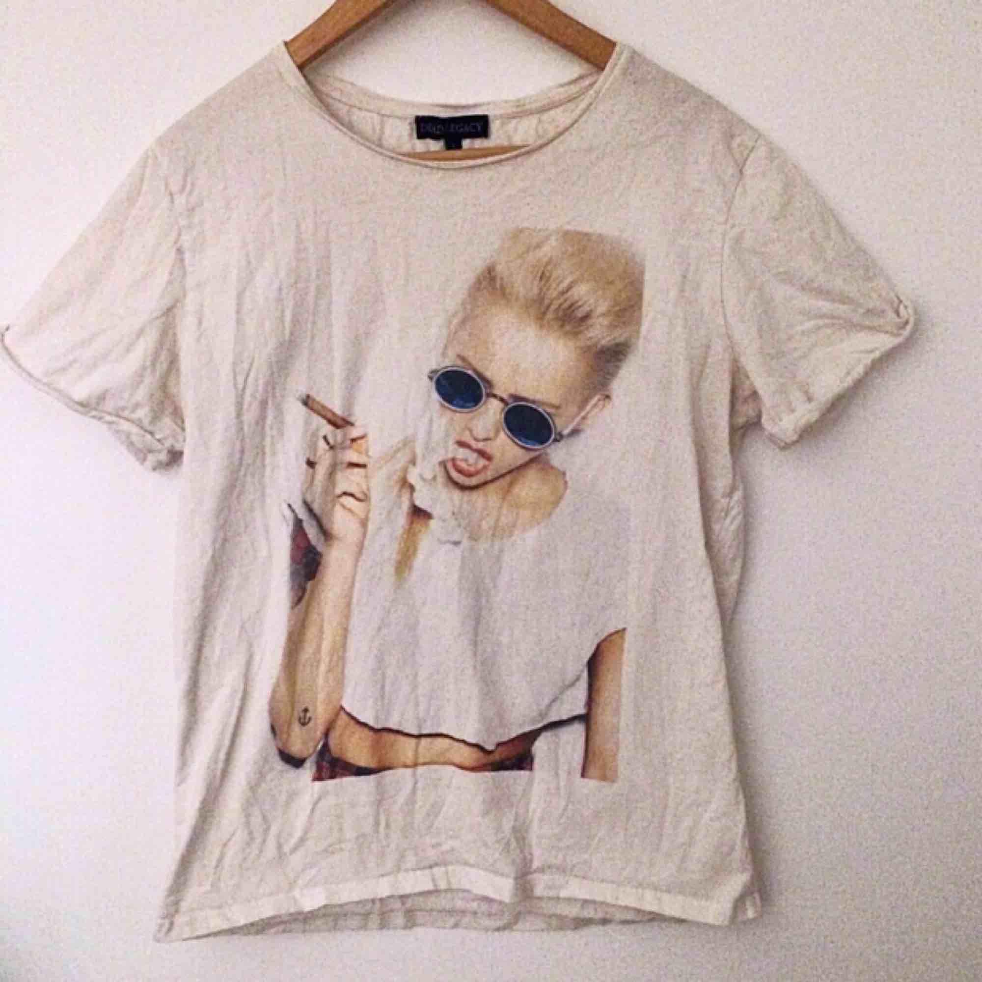 Skitsnygg t-shirt från Dead Legacy. Storlek L, men oversized passform på mig som är S/M. Skönaste materialet! . T-shirts.