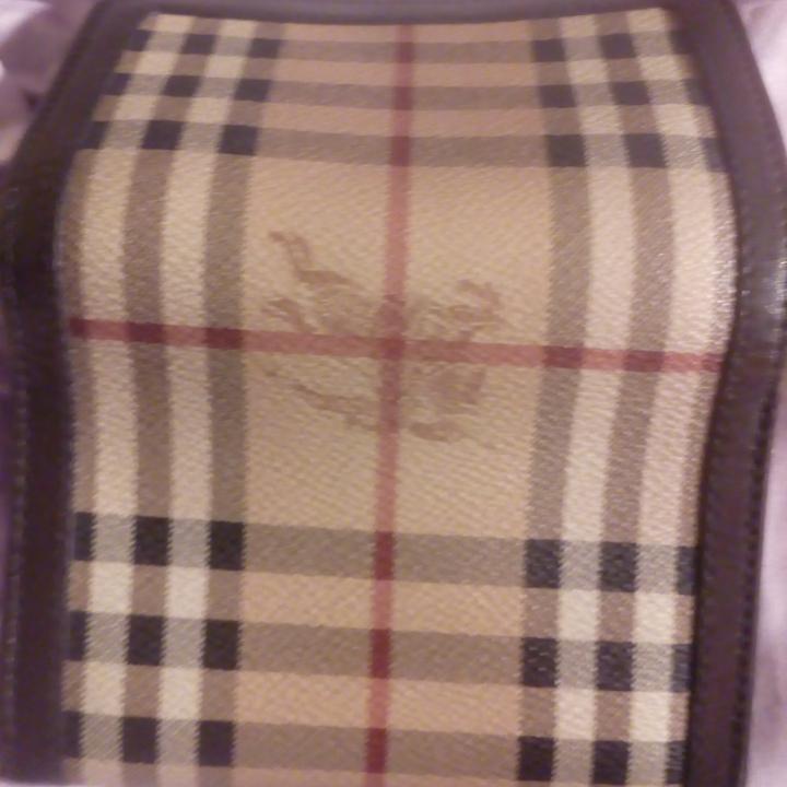 Burberry plånbok, kommer med originalbox o certifikat, har inte använt på länge, mycket bra skick, inga skador eller repor ser ut som ny!!!. Väskor.
