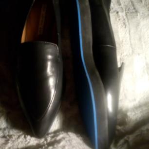 Oanvända skor i svart mjukt skinn, mjuk lite tjockare sula med turkos rand, strl 39 fr & other stories, jättesköna!!!
