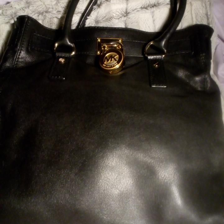 Michael Kors Hamilton, aldrig använd, bara legat i garderoben, axelband finns, svart skinn, passa på att fynda mina väskor till ett mycket bra pris. Väskan är naturligtvis äkta med id-nr!!!!. Väskor.