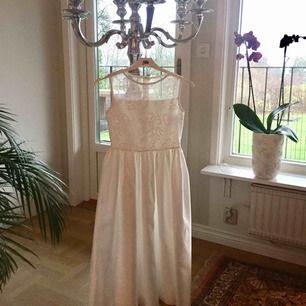 Säljer min dotters klänning som hon hade på mitt bröllop, storlek 140, Köpt sep 2014 hos Ursulas i Västerås, använd en gång sedan tvättad på kemtvätt. Nypris 3000kr Nu 500kr Svensk designer LILLY
