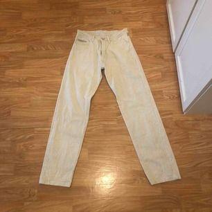 Säljer ett par beiga Manchester byxor som är köpa ifrån humana. Frakt tillkommer💓💖, Hojta till om du är intresserad💕