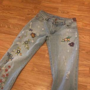 Säljer ett par superfina Bootcut jeans med broderat tryck på. Köpt från secondhand men de är lite för stora för mig. Det står ej storlek på men skulle gissa på en storlek M, hojta till om du är intresserad💕💞💓 frakt tillkommer:)