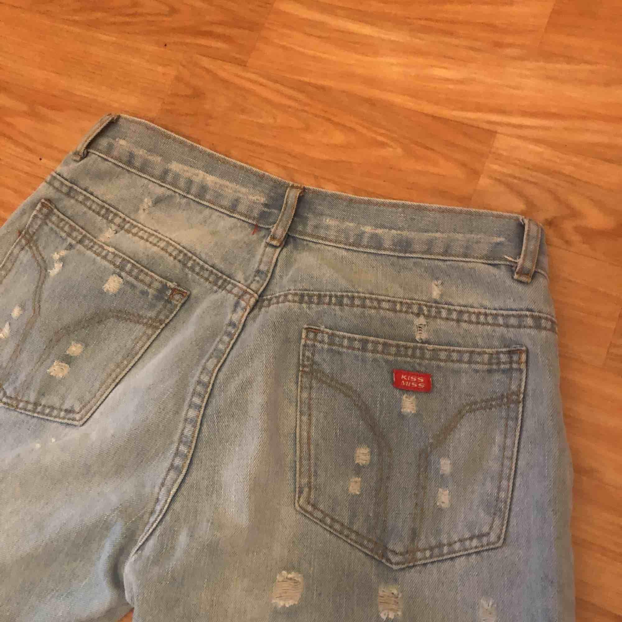 Säljer ett par superfina Bootcut jeans med broderat tryck på. Köpt från secondhand men de är lite för stora för mig. Det står ej storlek på men skulle gissa på en storlek M, hojta till om du är intresserad💕💞💓 frakt tillkommer:). Jeans & Byxor.