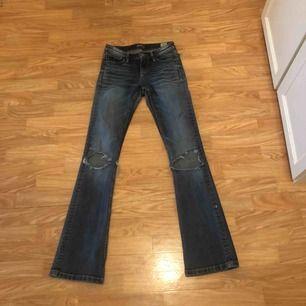 Säljer mina blåa Bootcut Jeans med hål ifrån JC. Superfina bara det att det är ett hål uppe vid ena sidan av midjan. Därför säljer jag de för ett billigt pris. Hojta till om du är intresserad💖💕 frakt tillkommer:)