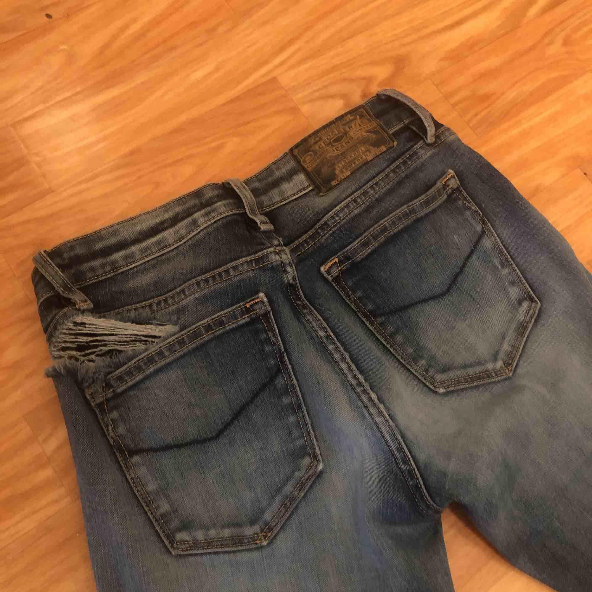 Säljer mina blåa Bootcut Jeans med hål ifrån JC. Superfina bara det att det är ett hål uppe vid ena sidan av midjan. Därför säljer jag de för ett billigt pris. Hojta till om du är intresserad💖💕 frakt tillkommer:). Jeans & Byxor.