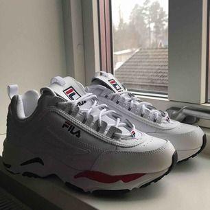 Helt nya superfina Fila skor! Inte använda alls. Säljes för att de var för stora för mig. Nypris runt 1000kr men priset kan självklart diskuteras!  Möts upp i Gävle eller så betalar köparen för frakt.