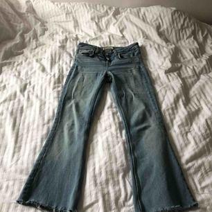 Bootcut/ flare jeans från Zara i storlek 36.