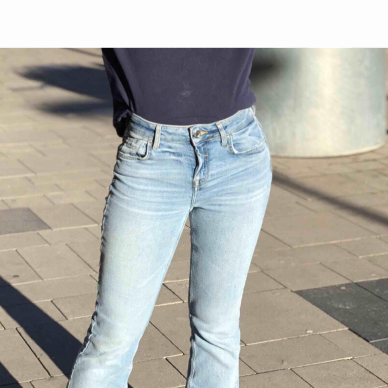 Bootcut/ flare jeans från Zara i storlek 36.. Jeans & Byxor.