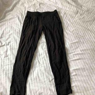 Kostymbyxor med fickor från h&m i storlek 36.