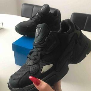 Nya Adidas Falcon Core Black. Endast prövade och säljes pga för liten storlek. Ordinarie pris 999:-