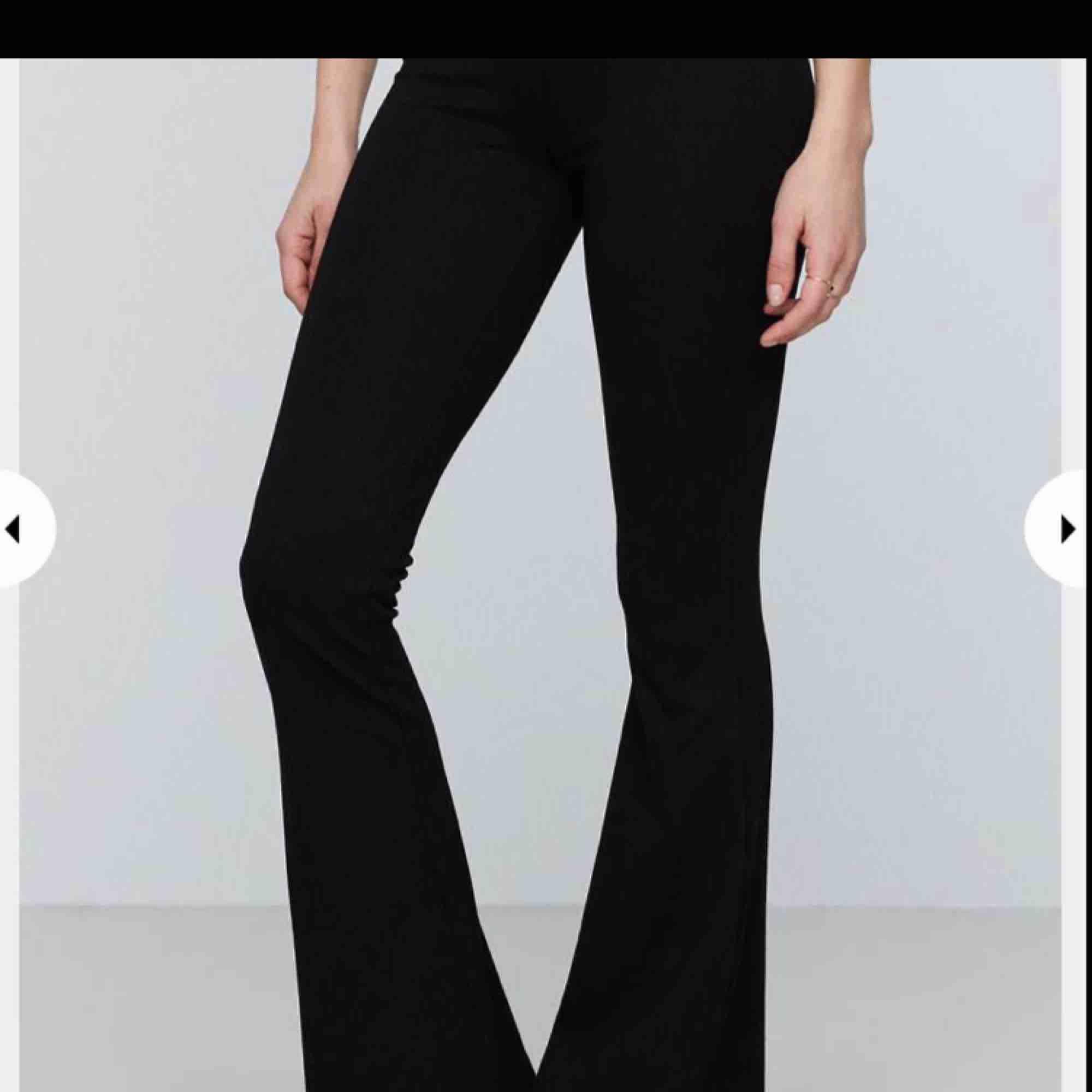 Har ett par yoga pants bootcut från gina tricot i kort modell. Storlek s men är stretchig så den passar från xs-m. Nypris: 200-300. Jeans & Byxor.