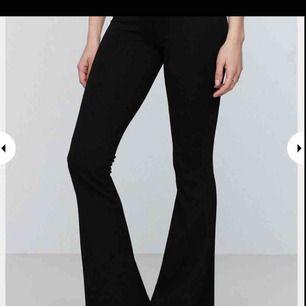 Har ett par yoga pants bootcut från gina tricot i kort modell. Storlek s men är stretchig så den passar från xs-m. Nypris: 200-300