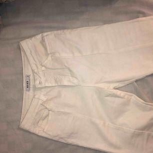 Säljer de perfekta slitsade jeansen från NAKD som är helt oanvända och endast provade. De har inte kommit till användning då de är för små för mig. Se annons längre ner för passform! ⭐️⭐️