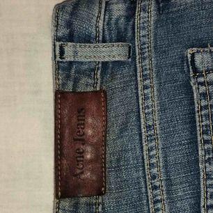 Skitsnygga lite utsvängda jeans från acne med en liten defekt (se bild 3) som säljes pga för små ✨✨