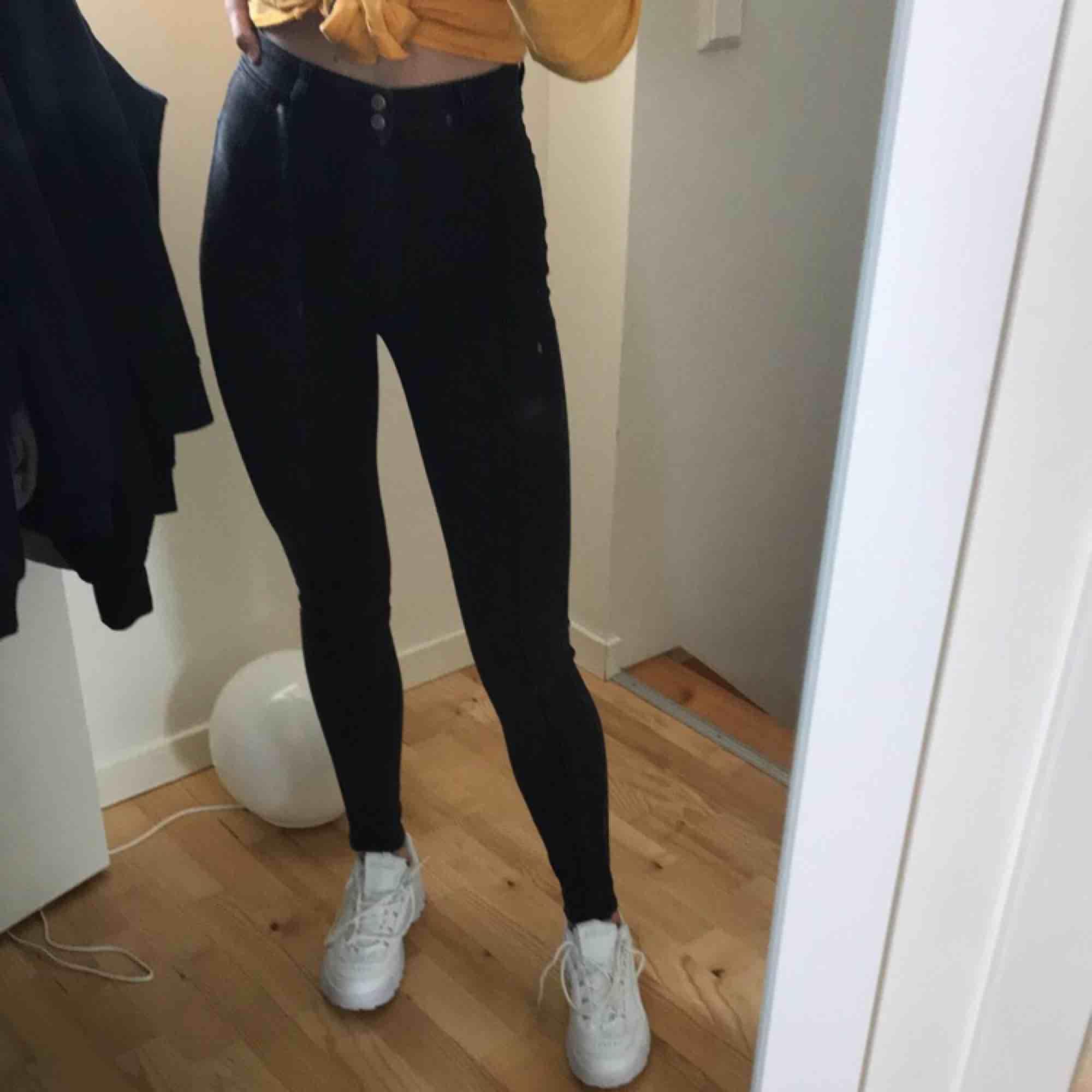 Såååå coola gråa jeans med en söm mitt på låret . Jeans & Byxor.