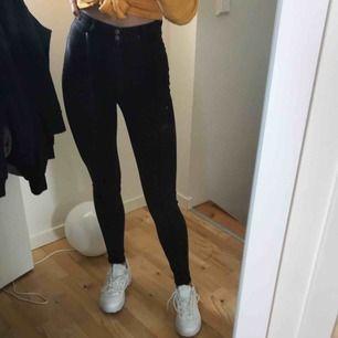 Såååå coola gråa jeans med en söm mitt på låret