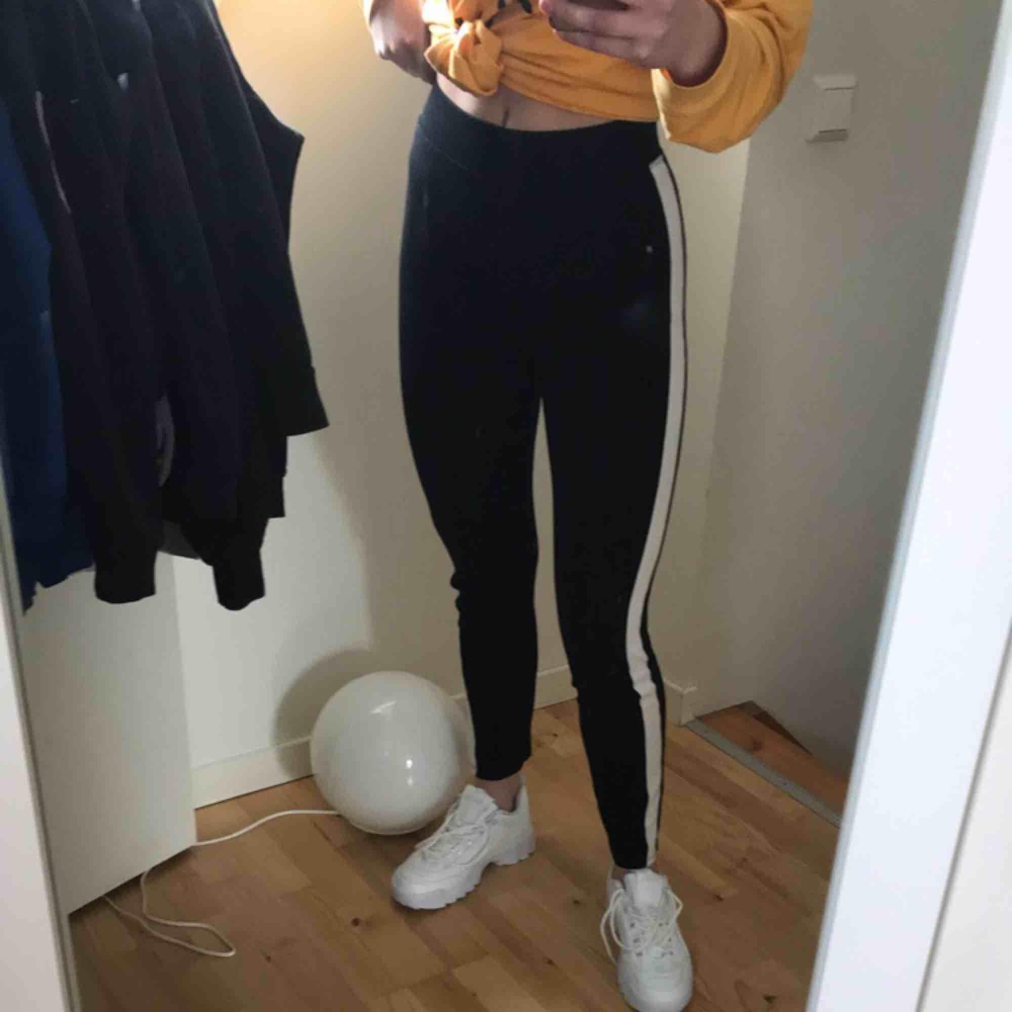 Svarta tights med vit rand på sidan asballa står 158-164 men är som xs Jättebekväma. Jeans & Byxor.