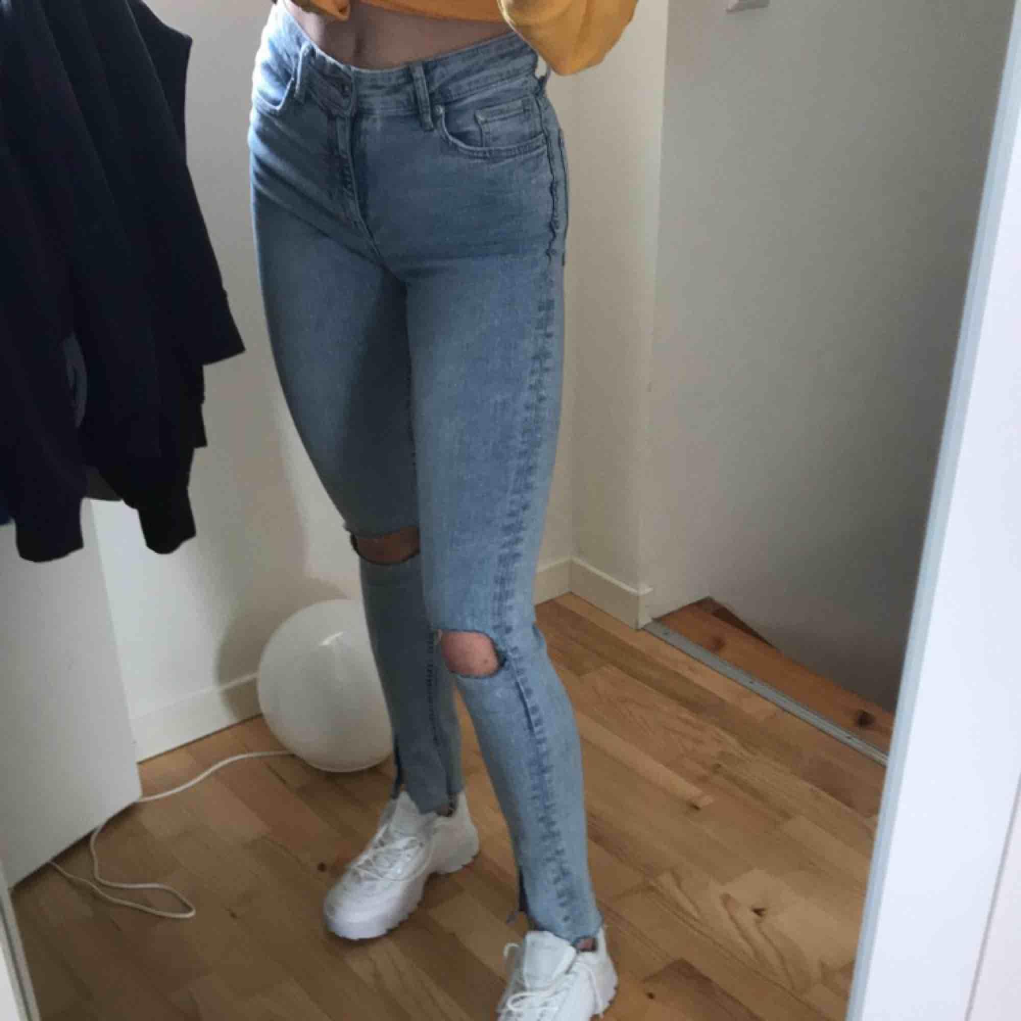 Asballa jeans med hål på knäna och slitna vid vristen som får en flaredkänsla (klippt själv). Jeans & Byxor.