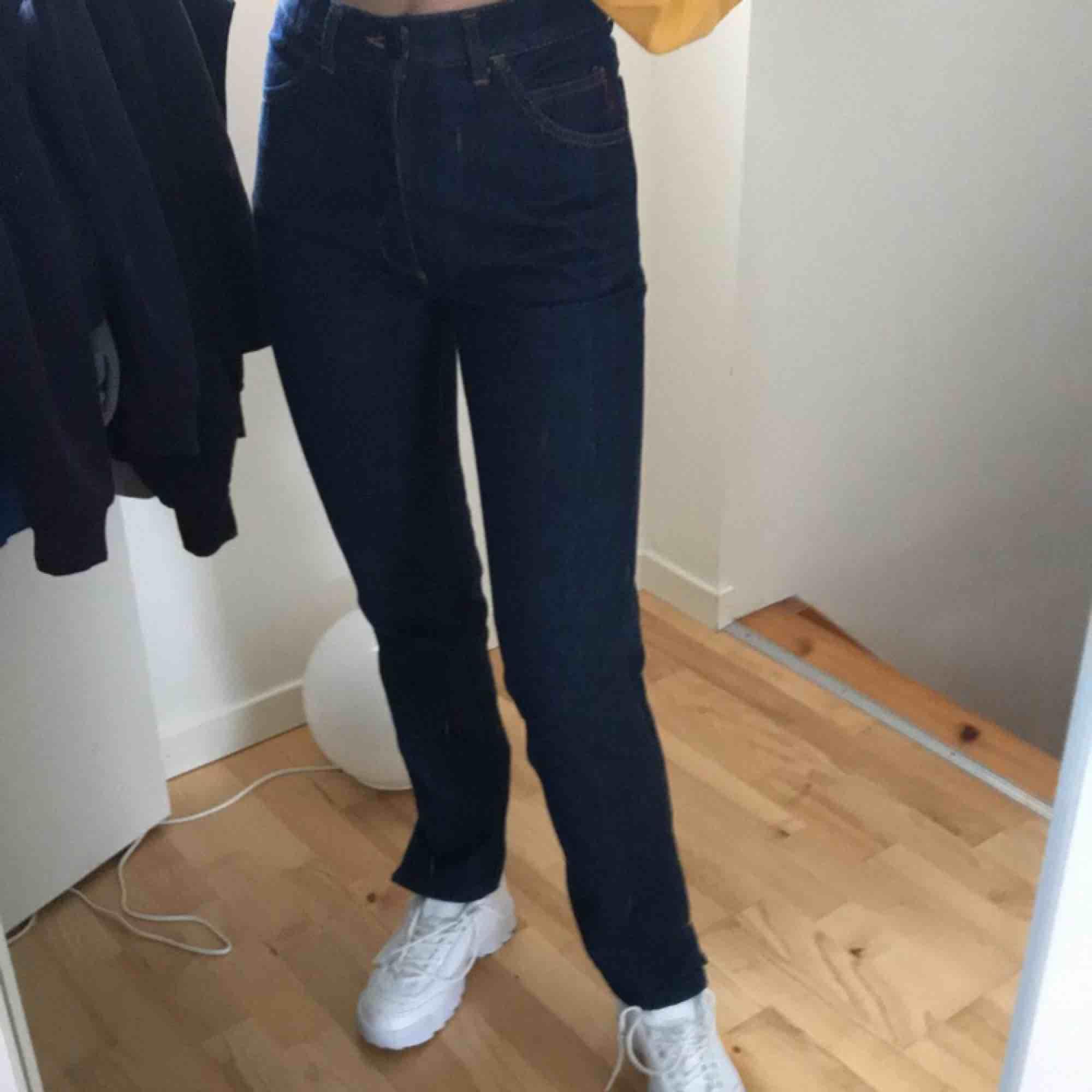 Raka mörkblåa jeans assnygga men insett att de är för små, slits vid vristen. Jeans & Byxor.