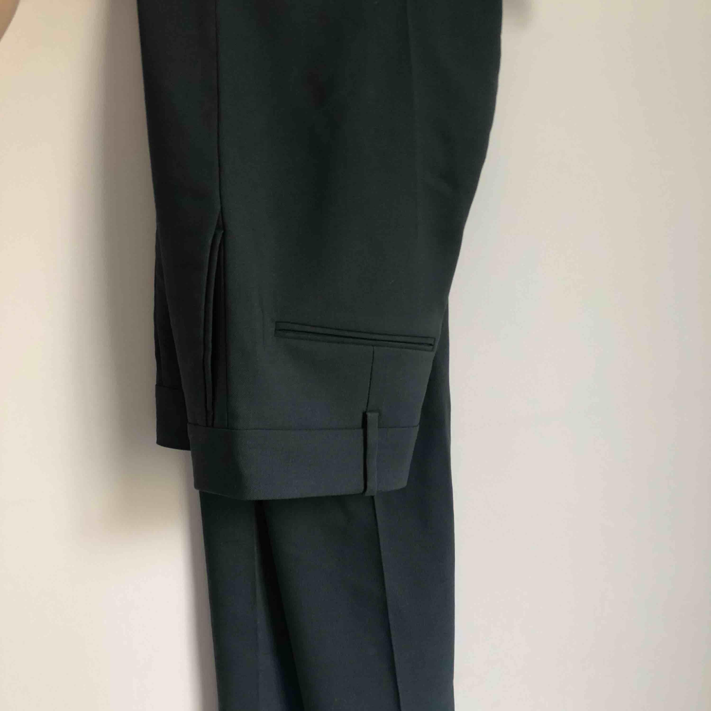 Suupersnygga kostymbyxor från H&M i 100% ull. Köpta för 999 och enbart använda två gånger. Sitter som en smäck på, jag på bilden är ca 170 med lång ben haha!. Kostymer.