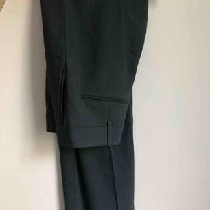Suupersnygga kostymbyxor från H&M i 100% ull. Köpta för 999 och enbart använda två gånger. Sitter som en smäck på, jag på bilden är ca 170 med lång ben haha!