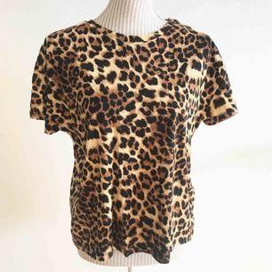 En cool leopard t-shirt i mjukt material! Aldrig använd så fint skick  Frakt på 40 kr tillkommer