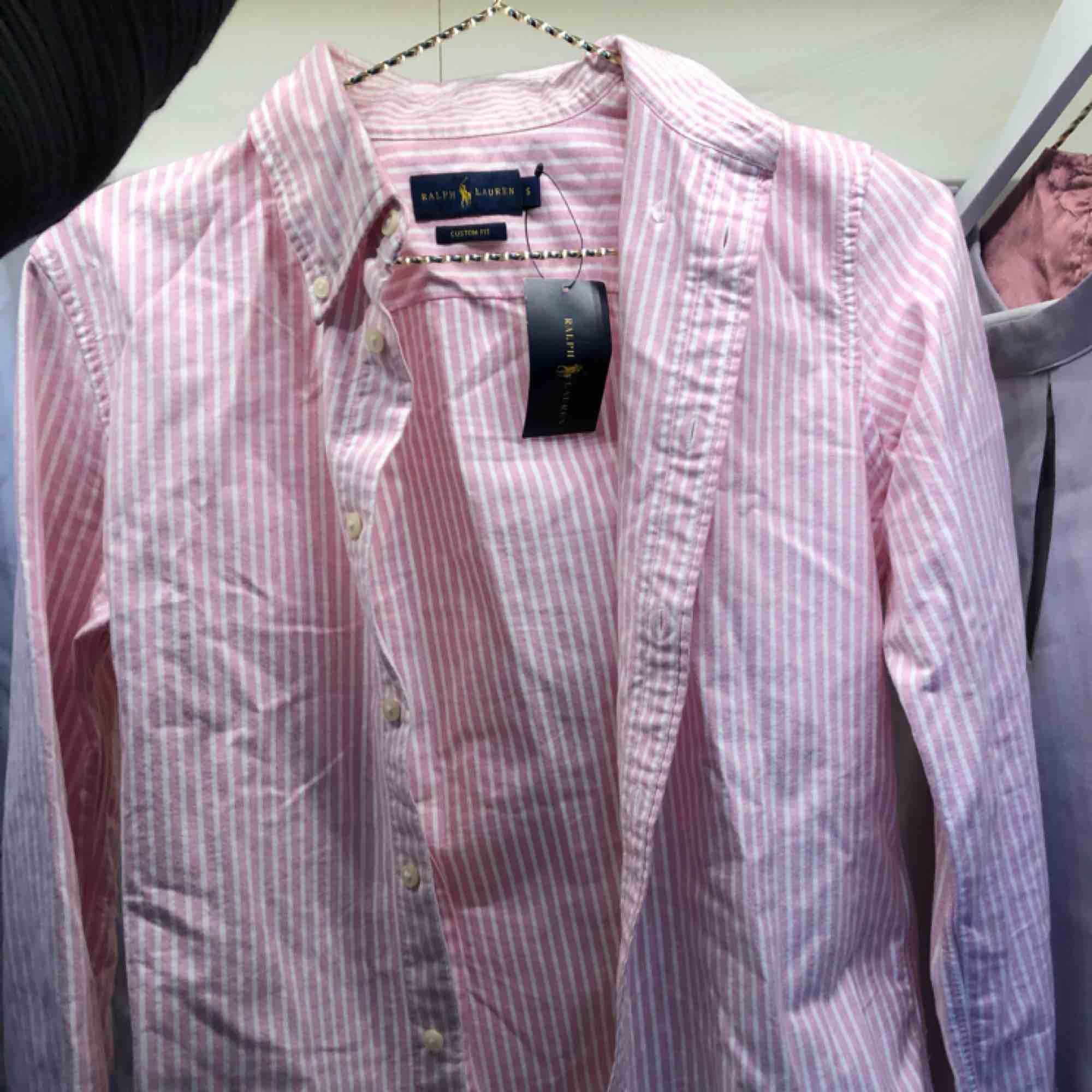 Rosa Ralph Lauren skjorta! Aldrig använd, prislapp finns forfarande kvar! 💗☺️💫 köparen står för frakten! . Skjortor.