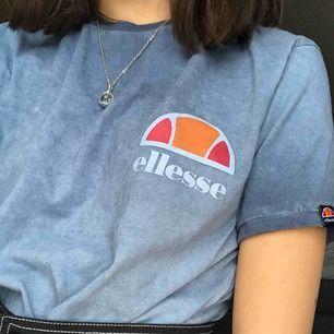 Superfin tshirt från Ellesse! Den är ganska lång men inte ett problem om man vill stoppa in den eller liknande som en vanlig tshirt. Nypris 350kr men priset kan självklart diskuteras! Möts upp i Gävle eller så betalar köparen för frakt.