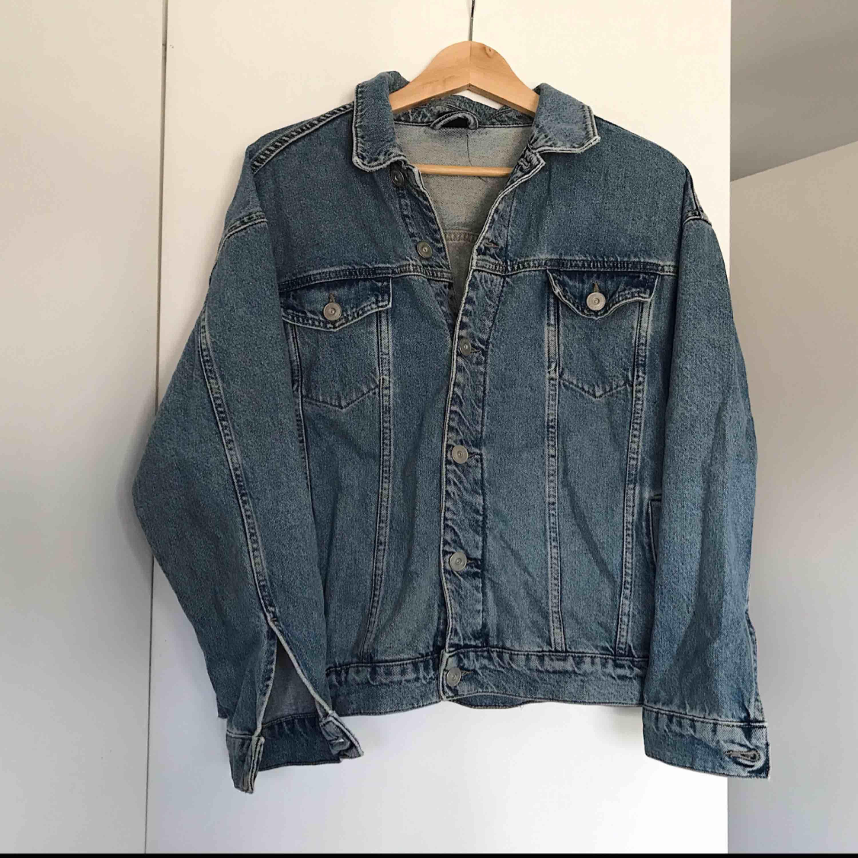 Oversized jeansjacka från urban outfitters. En knapp vid ärmen saknas men annars i gott skick!. Jackor.