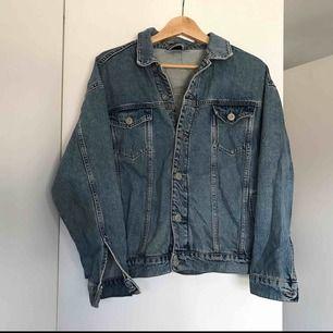 Oversized jeansjacka från urban outfitters. En knapp vid ärmen saknas men annars i gott skick!