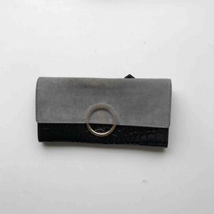 En läcker och otroligt rymlig plånbok från other stories! Äkta skinn, lack. Mobilen får plats, dragkedja på baksidan. Använd som clutch eller plånbok!Skickas mot frakt eller möter upp i centrala Gbg 🍋