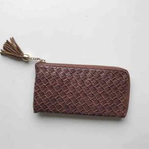 Jättesöt plånbok/clutch i plisserat fuskskinn! Rymmer massa kort + mobilen. Fint skick. Skickas mot frakt eller möter upp i centrala Gbg 🍋