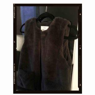 • Marinblå faux fur från Zara  • Frakt ingår