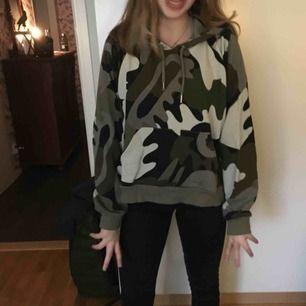Oversized hoodie med militärtryck