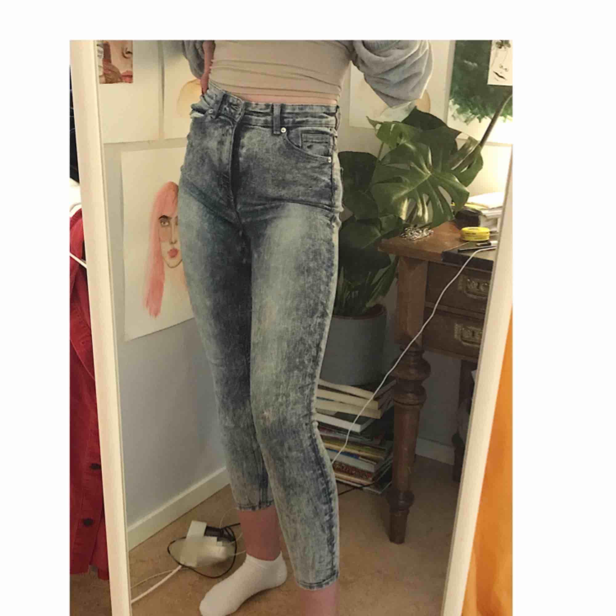 Jeans från monki, säljer pga dem är för korta för mig (är 174 cm). Annars är dem super fina och sköna! . Jeans & Byxor.