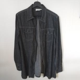 Blågrå jeansjacka/jeansskjorta - Knäpps med en dragkedja i fram - 100% bomull - Frakt ingår i priset