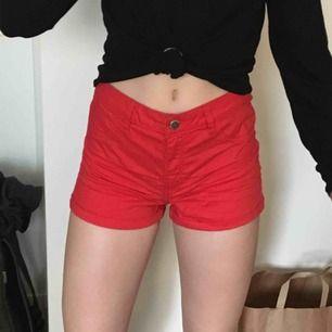 Har två par likadana röda shorts men i olika storlekar. Paret på bilden är storlek 38 och det andra paret är storlek 36
