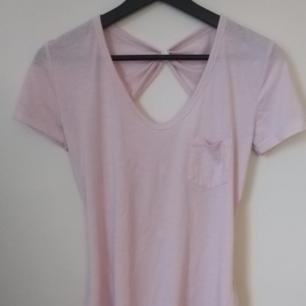 Rosa t-shirt med öppen rygg - Perfekt till sommaren - Frakt ingår i priset