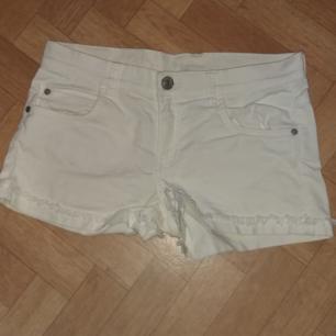 Vita shorts - Storlek 164 men jag har använt dem så vet att de passar en mindre S eller en XS också - 98% bomull, 2% elastan - Frakt ingår i priset